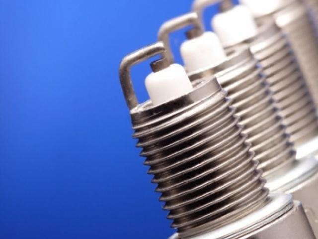 Почему необходимо периодически менять свечи зажигания?